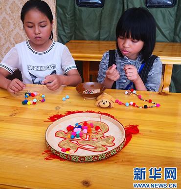 贵州六枝手工艺创业培训基地好热闹,孩子搬迁过来学技术